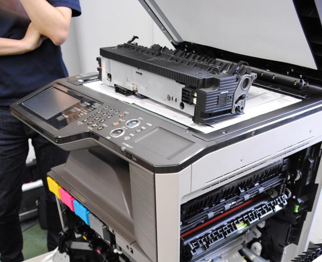 コピー機の修理見積もりを算出している様子