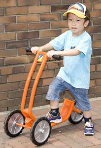フレーベル館のキンダービークル(二輪スクーター)の写真