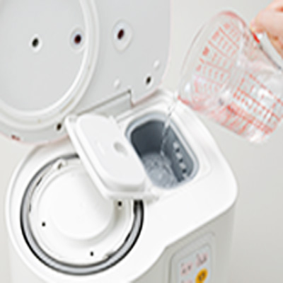 外蓋を開け、そして目盛り付ボイラーに設定量の水を入れ、中蓋、外蓋を閉めて、蒸し機能を使います