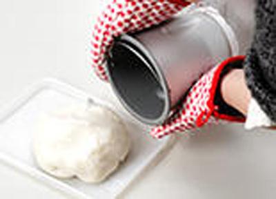 エムケーミニ餅つき機<ミニもっち>の練り容器は、フッ素樹脂加工によりお餅の取り出しが簡単です。
